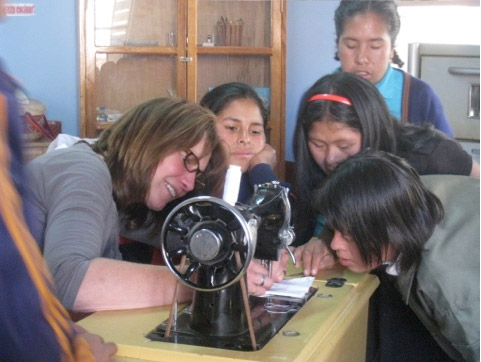Volunteer in Peru teaching sewing