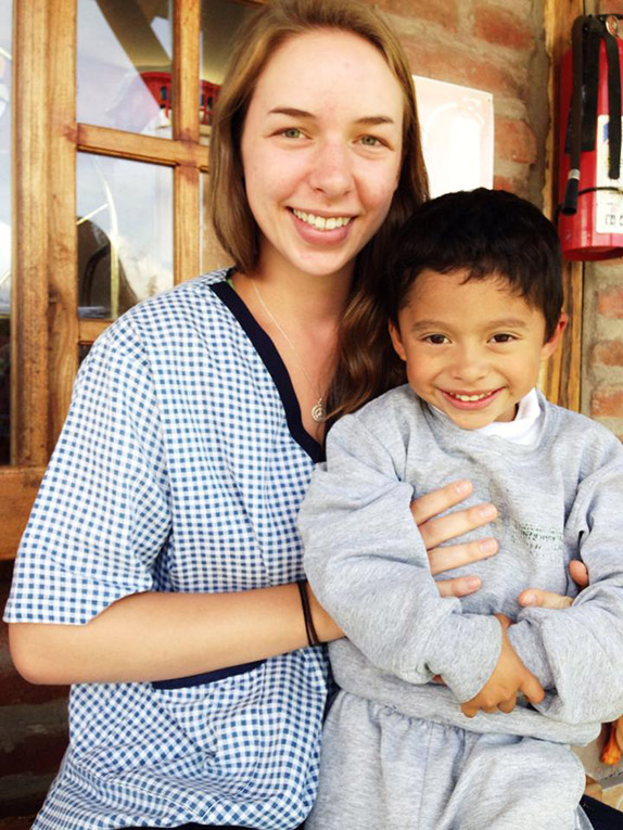Volunteer in Ecuador with daycare student