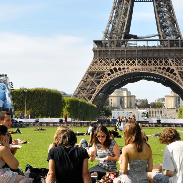 AUP students having a picnic at the Eiffel Tower
